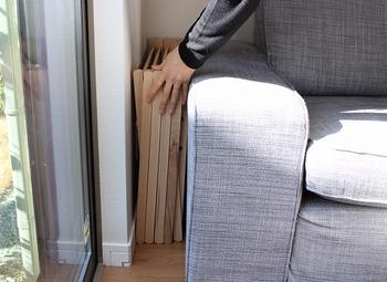 約2.7kgと軽いので、女性でも、持ち運びが簡単です。  畳んだ時の厚さも13cmほどなので、使わない時にはクローゼットの中は勿論、ベッドやソファの下、家具と壁との間など、あらゆるお部屋のデッドスペースを有効活用してコンパクトに収納することが出来ます。