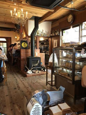 パン屋さんとカフェを仕切る薪ストーブは、天井を突き抜ける煙突を見てもわかる通り、店のディスプレイではありません。