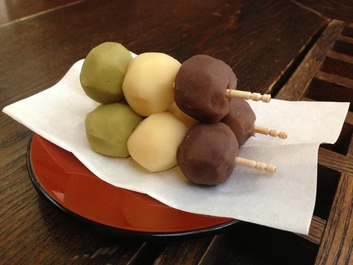 松山銘菓として現在はたくさんの店で作られている「坊っちゃん団子」。坊っちゃん由来の団子の「元祖」はこの店です。柔らかな求肥が三色餡にくるまれた、とても上品な味の団子です。北海道産の小豆だけで作る小豆餡、やはり北海道産の手亡豆(てぼまめ)を使った白餡、そして抹茶だけでその色を出す緑の餡の三色の団子が、かわいらしく3つ並んで串に刺さっています。