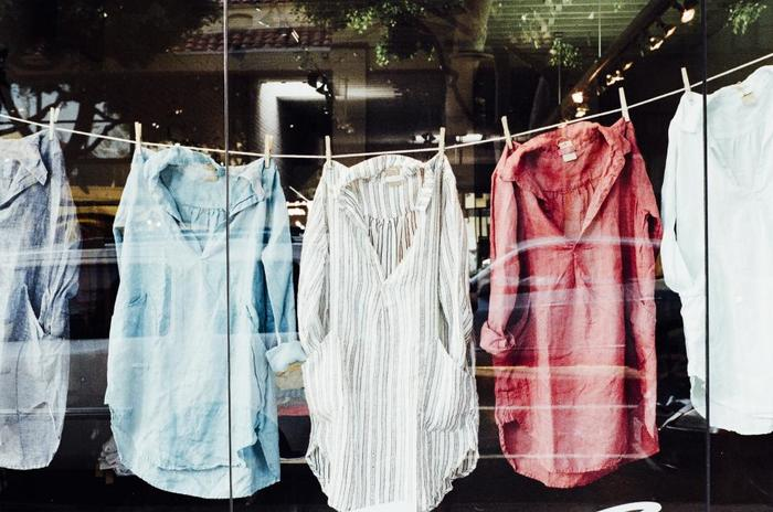 意外と見逃しがちなのが、衣服の色あせ。色あせは、実は紫外線だけではなく、車の排気ガスでも変色する可能性があるそうです。身近で例にあげると、クリーニング店では、変色を防ぐために外干しをすることはありません。毎日来ている定番の洋服は勿論、特にお気に入りの衣類などは、部屋干しすることをおすすめします。