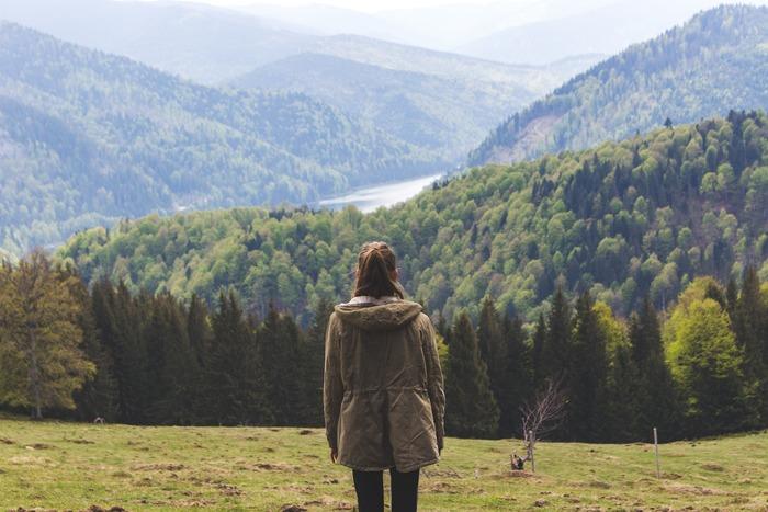 澄んだ空気や視界の開けた空、どこまでも広がる緑……。想像しただけでもさわやかな気持ちになる、「高原さんぽ」の景色です。日常の暮らしで息苦しさを感じたら、空気のきれいな高原へ出かけてみましょう。高原のやわらかな緑色は、視神経を休める効果があります。新鮮な空気を胸いっぱいに吸い込めば、体の中からリフレッシュできそうですね。