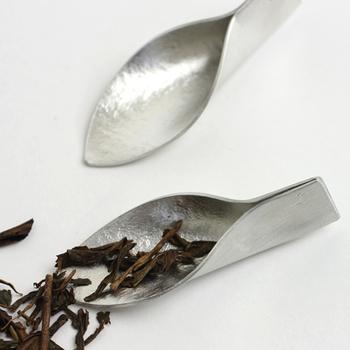 茶さじを茶葉の容器と一緒にしておくと、ポットに茶葉を入れる時にさっと使えて便利。こちらは錫製のシンプルモダンなデザイン。素材の味わい深さが感じられます。小さな道具1つでも、素敵なものだと使う時が楽しくなりますよね。