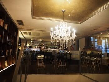 シャンデリアの下がる吹抜けは開放感いっぱい。家族やお友だちと楽しくお食事できます。