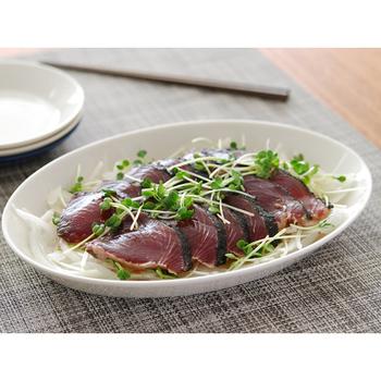 お刺身やサラダなどの取り分け料理も、オーバルのお皿が使いやすい。きれいに並べればパーティーメニューにもなりそうです。