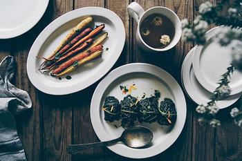 深さはあまりないから、グリルしたお料理やサラダ、パスタを盛り付けるのにおすすめ。人参やアスパラガスなど、長さのあるお野菜を盛り付けると映える。