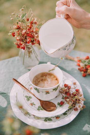 ミルクティーに使うミルクは牛乳がベスト。生クリームやコーヒー用フレッシュは、脂肪分が多いので紅茶には向いていないと言われています。温めた牛乳は独特の香りが紅茶の風味を損なうので、冷たいままか常温のものを使うのがおいしく淹れるコツです。
