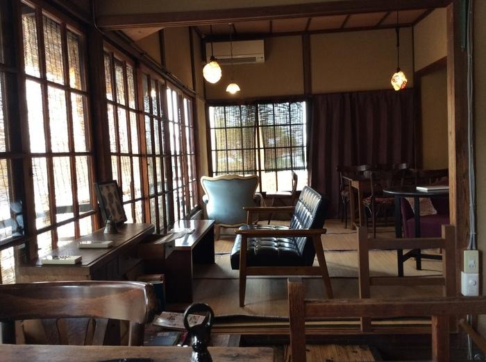 2階のカフェスペースは、和室にアンティークなテーブルや椅子、ソファが置かれた独特の風情。使い込まれた家具たちがなんだか懐かしい場所に帰ってきたような気持ちにさせてくれます。