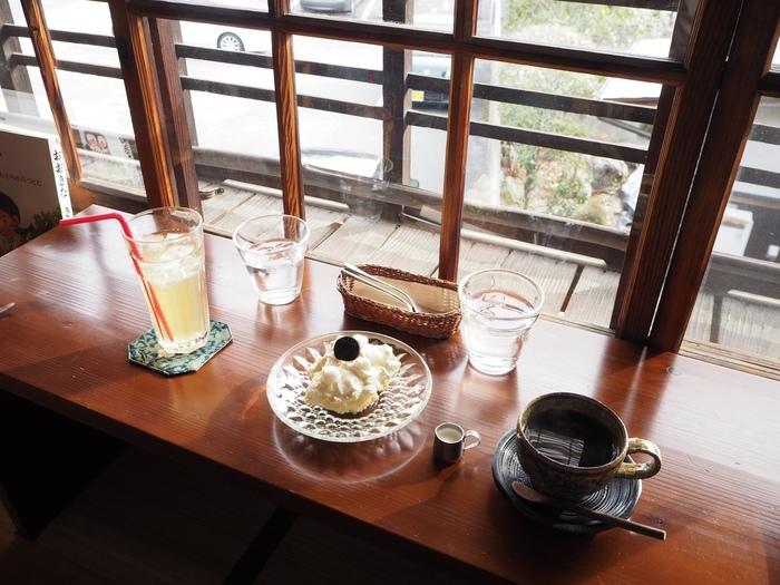 窓から道後の町並みを眺めて、のんびりとティータイムを過ごせば、時間がゆっくり流れていくようです。こだわりのコーヒーや紅茶、季節の食材を使ったスイーツなど、素敵な食器たちも愛でながら楽しんで。