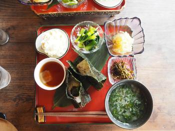 ランチに人気の「おむすび膳」は、愛情込めて握ったおむすびに、小鉢、漬物、味噌汁とほうじ茶がセットになっています。こちらもホッと和む味ですよ。