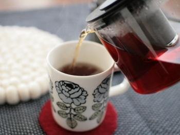 まずは基本のストレートティーの淹れ方から。ミルクも砂糖も入れずに、茶葉の香りや水色(紅茶液の色)を楽しみたい時にはストレートで頂きましょう。