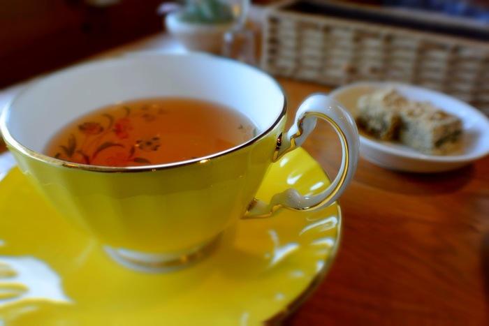 「紅茶のシャンパン」とも言われるダージリンは世界3大銘茶の1つです。1年に3回の収穫時期があり、それぞれで味も香りも大きく異なるのが特徴。セカンドフラッシュ(2番摘み)と呼ばれる夏に収穫されたダージリンは、マスカットのようなさわやかな香りが楽しめます。ストレートティーでその香りを活かすのがおすすめの飲み方。
