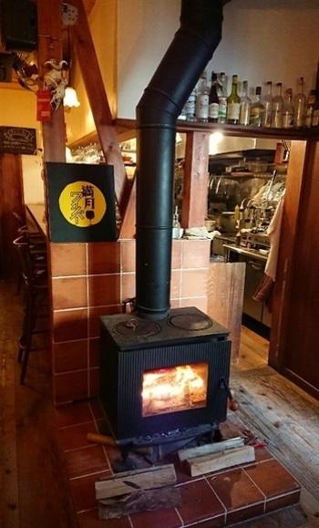 冬にはあかあかと燃えて、お客さんを迎えてくれます。