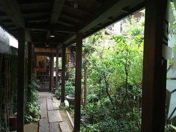 そこを抜けると奥へと続く細長い「通り庭」が。「町屋」という名が腑に落ちます。間口はわずか2間半(4.5m)ながら、奥行きは27間(49m)もあるという、慎ましやかで味わ深い町屋造りです。