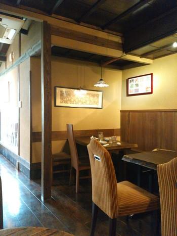 入り口を入ると板張りの床にテーブルと椅子が置かれたコーヒースペース。