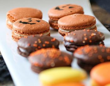 ハロウィンのお菓子の定番には、クッキー、キャンディー、チョコレートなどがあります。どれも気軽に手に入りやすいお菓子で、賞味期限が明確で日持ちしやすいのもメリット。ほかには、マカロン、マシュマロ、カップケーキなどもありますよ。いつも食べているお菓子をハロウィンお菓子として代用してもOK♪