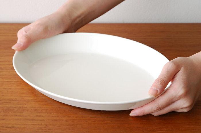 シンプルでくせのないオーバルのお皿は、和洋中どんなお料理にも似合う。柔らかなオフホワイトの色合いも素敵。