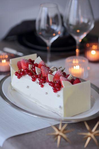ツリーやクリスマスディスプレイを盛り上げてくれる小さなオーナメントも、テーブルコーディネートの素敵なデコレーションとして使えます。料理やケーキのそばにちょこんと置いて。