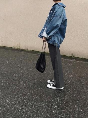 程良くワイドなユニクロのパンツに、ゆったりとしたシルエットのデニムジャケットを合わせれば、肩肘張らないトレンド感のある着こなしに。