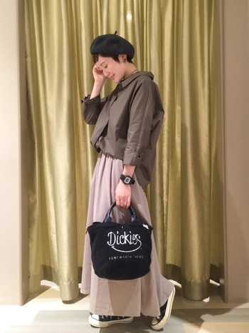 シャツやスカートを、すべてプチプラ合わせにしても、品の良いカラーを組み合わせることで高見えな着こなしに。ベレー帽なやバッグなど、小物は黒をチョイスすれば全体がキリリと引き締まります。