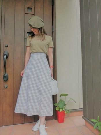 ZARAのロゴTシャツとGUのギンガムチェック・スカートを合わせた、シンプルなプチプラコーデ。ベレー帽をプラスすれば、ぐっと秋らしさが高まりますね。