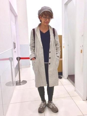 H&Mのパンツなど、プチプラアイテムを上手に取り入れた、大人カジュアルな着こなし。ストライプのロングコートやライトグレーのベレー帽が、暗くなりがちな秋冬の着こなしに華やかさを♪