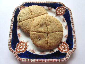 本場のハロウィンで欠かせないのが「ソウル・ケーキ」と呼ばれるお菓子です。ショートブレッドに近いクッキー風のお菓子で、丸い形に仕上げて表面に十字の模様を入れるタイプが一般的のようです。表面にレーズンで十字を描くタイプとナイフなどで筋を付けるタイプがあります。配合にも特に決まりはなく、家庭ごとに味が違う…というお菓子なので、もらった人は食べ比べが楽しめますね。