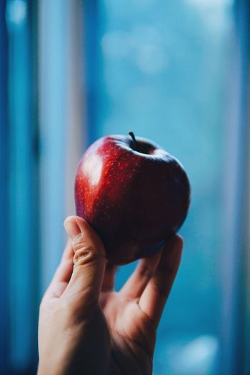 """ティーブラックでおみくじのような事をする風習があると紹介しましたが、アイルランドのハロウィンは""""超自然の力が最も高まる日""""にちなんで、食べ物を使った占いの風習がいくつもあります。中でも秋に実り冬の間も長く食べられる「りんご」がアイルランドのハロウィンでは大活躍します。"""