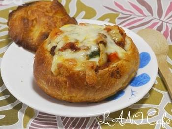 ボロネーゼソースにたっぷりの野菜をプラスして、ブールに詰めて焼き上げたグラタン。ちょっぴり焦げたチーズの香ばしさがポイントです。一皿で満足できるボリューム感も魅力です。