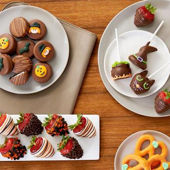 子供向けなら子供が食べやすいお菓子、大人向けならちょっぴりリッチなお菓子など、贈る相手に合わせてお菓子を選びましょう。例えば、子供用には、かわいらしいサイズのお菓子やカラフルなお菓子をたくさん詰めるのも良いですね。大人用には、マカロンや手頃なサイズのカップケーキなどを数個おしゃれに詰める方法もあります。ラッピングだけでなく、お菓子のデザインも贈る相手に合わせて意識してみると、よりぴったりのハロウィンギフトになりますよ♪