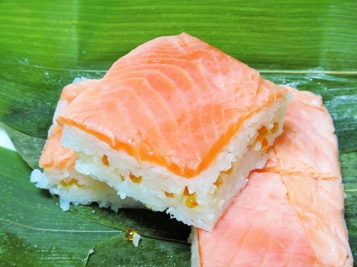 リピーターも多い当店の名物寿司は、特産の桜えび用いた『桜えび押し寿司』。そして、富士山の伏流水で養殖されたニジマスを用いた『富士山ますの宝石箱』です。【画像は、酢飯にいくらを忍ばせた『富士山ますの宝石箱』】