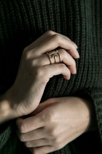 余白を残したデザインが、すらりとした指先を印象付けてくれます。  一つでしっかり、美しい存在感を放ってくれますが、他のリングと重ね付けするアレンジもおすすめ。リズミカルに手元を彩ってくれます。
