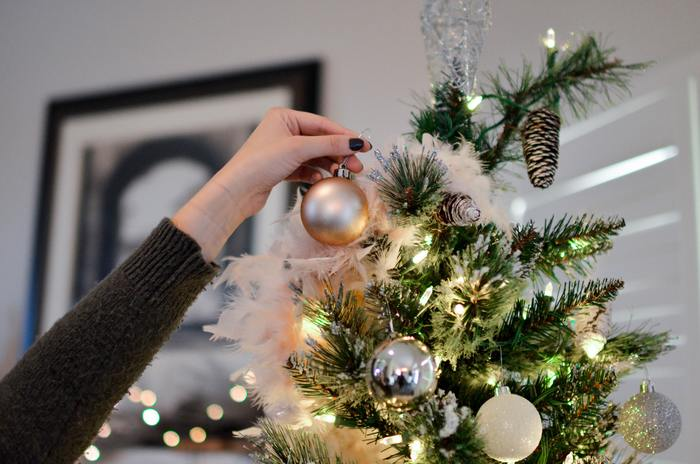 ここ最近は、シンプルでさりげないクリスマスの飾り付けが主流でしたが、今年は大きなツリーに大きなパーツ、光沢のあるリボンなど、ゴージャスなデコレーションが復活しそうな予感です。  本場ヨーロッパを思わせる伝統的で厳かな雰囲気のクリスマスが楽しめそう。