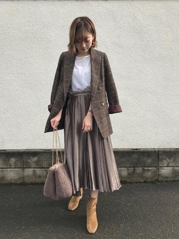 秋らしいブラウン系のワントーンが素敵なコーデ。ジャケットの袖を通さずにあえてラフにバサッと羽織るのも、こなれた感じに着こなすおすすめのテクニックです。