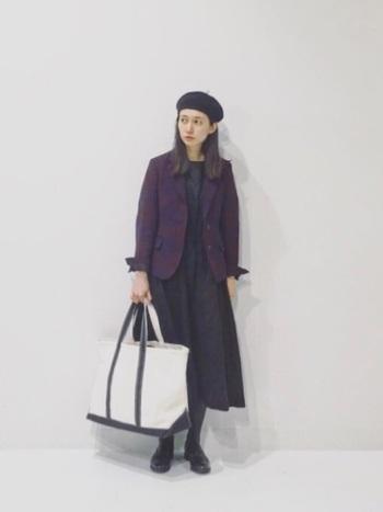 マニッシュなチェック柄ジャケットは、シンプルなブラックのワンピースで引き立ててあげるのがおすすめ。明るめカラーのワンピースよりもしっとりと大人っぽい着こなしにまとまります。