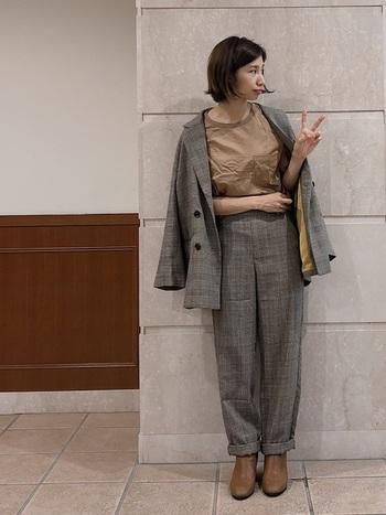 チェック柄のセットアップは、メンズライクになりすぎないように優しい色味でまとめて女性らしさをプラスすると◎ジャケットの裏地の黄色がアクセントになるので、袖を通した時はロールアップしてコーデのアクセントにするとよりメリハリある着こなしになりますよ。