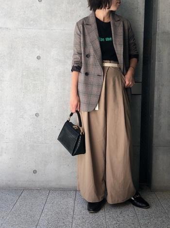 ジャケットとワイドパンツの組み合わせは重たい印象になりがち。そんな時はウエストマークできゅっと引き締めるとバランスよくまとまります。ジャケットのインナーに黒を入れると、さらにスッキリとした印象に。ワイドパンツがよく映えるクールな装いになりますね。
