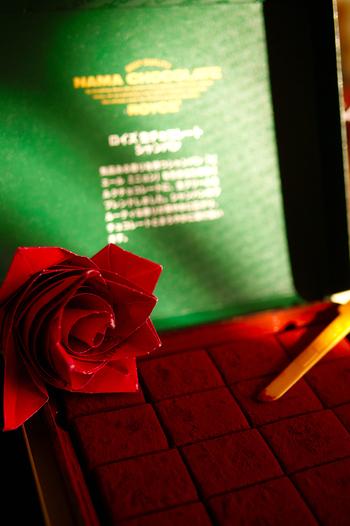 本物と見紛うような深紅のバラ。プレゼントに添えれば、ぐっとシックになりますね。