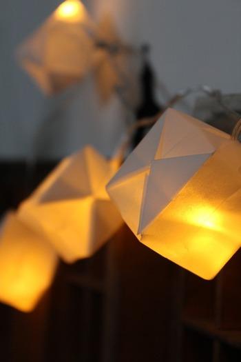 風船にケーブルライトの電球を差し込めば、キュービストライト風の照明に。簡単にお部屋の雰囲気UPが叶います。