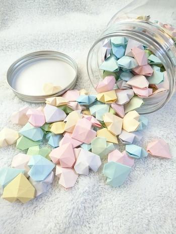 パステルカラーの紙を使って小さく折れば、まるで砂糖菓子みたい。こんな風に、瓶に詰めても素敵です。