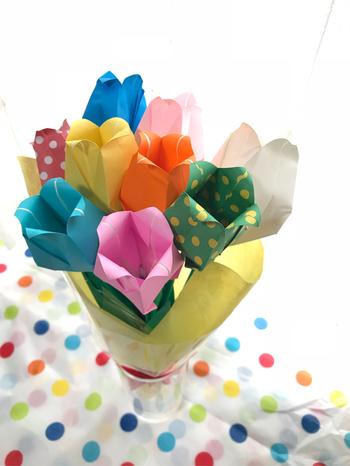 春を告げるチューリップを色とりどりの花束に。ドット柄が混ざることでポップな雰囲気に仕上がっています。実際のチューリップにはない柄を作ることができるのも、折り紙ならではの楽しみ方です。