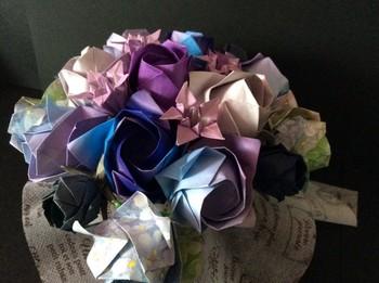 数種類の花を組み合わせれば、こんなアレンジメントも作れます。お祝いに贈れば、ちょっとしたサプライズプレゼントになりそう。