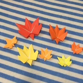 何色の折り紙を使うかで、新緑にも紅葉にもなる葉っぱ。木の実や花の折り紙に添えてもいいですね。