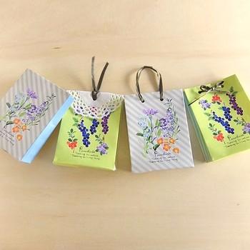 折り紙で作る小さな紙袋。職場などでお菓子を手配りする時に、こんな袋に入れて渡せばイメージアップ間違いなし。