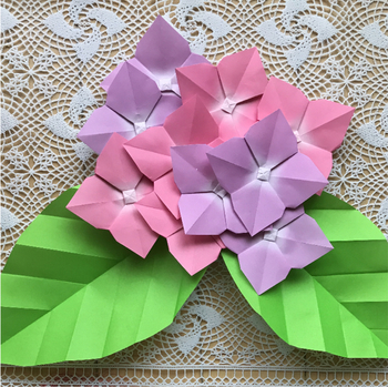 梅雨の憂鬱な気分を晴らしてくれそうな紫陽花の折り紙。色づいた額を無造作に重ねることで、本物に近い雰囲気が出せますよ。