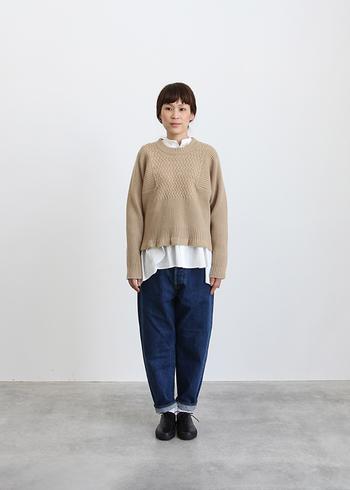 履いた時の丸いシルエットが、とてもかわいらしい「HATSUKI(ハツキ)」のルーステーパードデニム。その名の通り、緩い雰囲気がとても印象的です。だけど、決して浮いてしまうことなく、ナチュラルな着こなしを柔らかく完成させてくれる優れもの。履くほど愛着が増してきそうです。