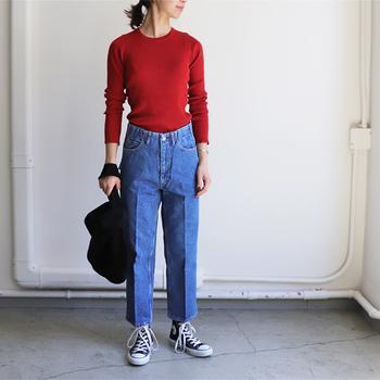 ハイウエストタイプのこちらのジーンズは、WESTOVERALLS(ウエストオーバーオールズ) のもの。ややフレアーシルエットになっていますが、すっきりとしていて、大げさなデザインではないので、普段使いしやすい1本。センタープレスや切りっぱなしの裾などディティールもとても洒落ています。