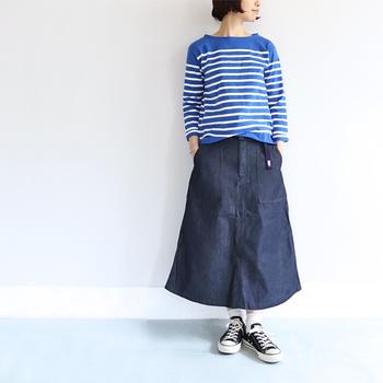スタイリッシュとアウトドアが程よい加減でMIXされた「THE NORTH FACE PURPLE LABEL(ザ ノースフェイスパープルレーベル)」のデニムスカート。ハイウェストのAラインシルエットが着こなしやすく、スタイル良く見せてくれるのがうれしいですね。