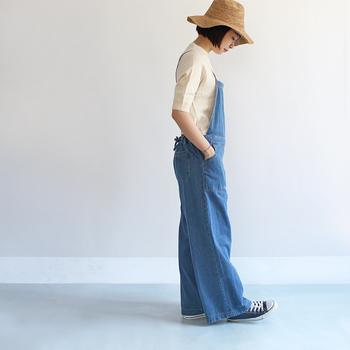 「HOMES' UNDERWEAR(ホームズアンダーウェア)」のサロペットは、大人の女性らしいワイドシルエットがポイント。細めの肩紐やゴムが入ったウェストなど、快適さを追求したデザインにも好感が持てます。ただ楽ちんなだけじゃなく、着てみたときのシルエットが絶妙。あまりのかわいらしさに、思わず恋をしてしまいそうです。