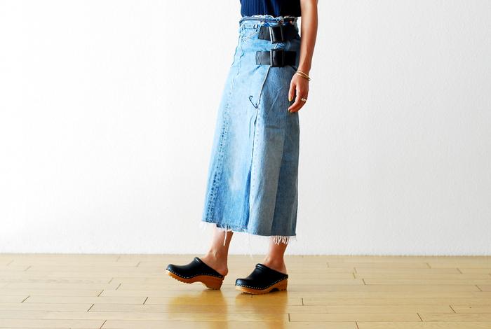 「Rebuild by Needles (リビルドバイニードルズ)」のデニムラップスカートは、古着のLevi's 501を解体しスカートの形に再構築したもの。古着らしい味わいはさることながら、タイトシルエットと付属のベルトがなんとも大人っぽくて魅力的。かわいいではなく、かっこよく履きこなしたい特別なデニムスカートです。