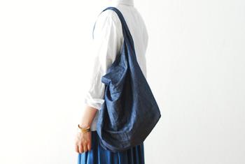 丈夫でしなやかなデニム生地は、普段使いのバッグにも最適。「TOUJOURS(トゥジュー)」のショルダーバッグは、コットンリネンを素材に使っているため、程よいシャリ感があるのが魅力的。装飾のないシンプルなデザインはスタイリングを邪魔することなく、しっくり体になじんでくれます。